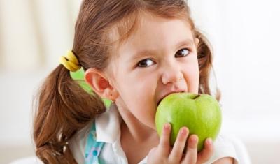 niña-mordiendo-manzana